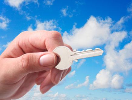 אשה מחזיקה מפתח- איך יודעים אם זה בן או בת?(istockphoto)
