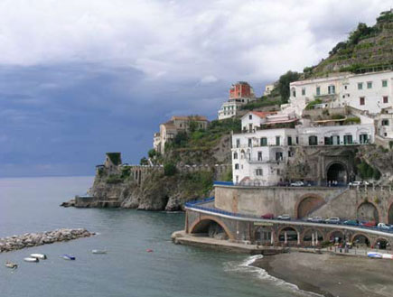 מצוק בחוף אמלפי באיטליה