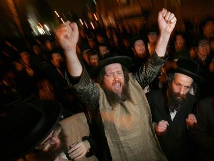 Религиозные организации против проведения гей-парада.Ежегодные гей-парады в