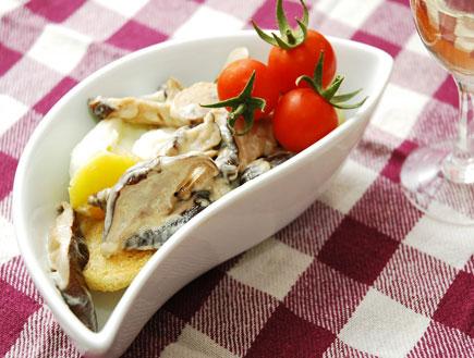 חלה קלויה עם תבשיל פטריות וביצה (צילום: עמרי אנדרס צורף ,mako)