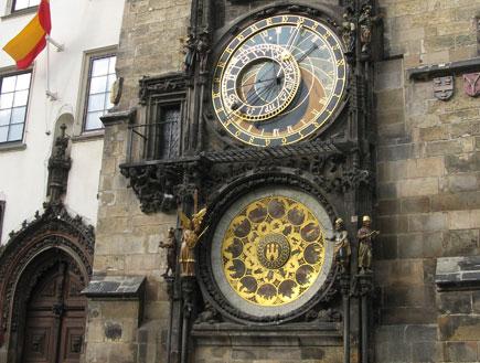 פראג - שעונים גדולים על בניין