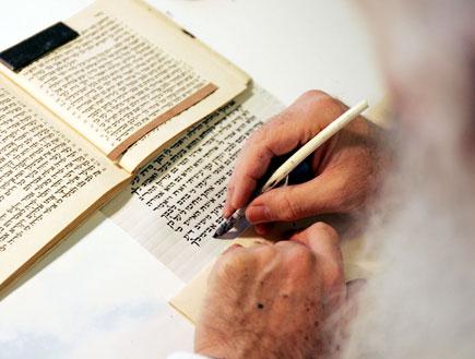 רבי קורא בספר תורה וכותב (צילום: אימג'בנק/GettyImages ,getty images)