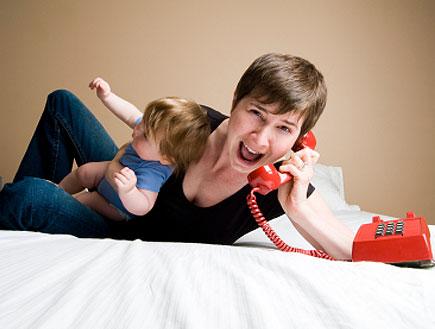 אמא צועקת- עצבנית בטלפון(istockphoto)