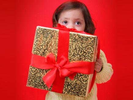 ילד נותן מתנה לגננת- מתנות לגננות (צילום: istockphoto)
