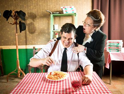 גבר מטופל באמו- מה החמות לא תגיד לך(istockphoto)