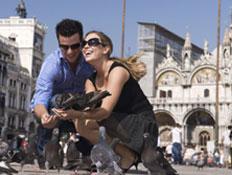 זוג בחופשה רומנטית באירופה