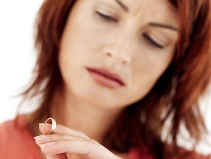 בחורה מסתכלת על טבעת נישואין- לא רוצה להתחתן(getty images)
