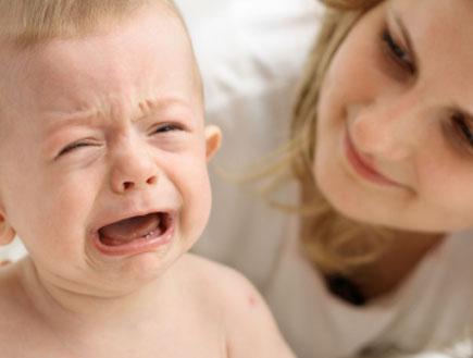 תינוק בוכה אצל הבייביסיטר