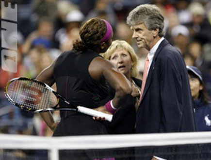 סרינה וויליאמס מתווכחת עם השופטים (צילום: רויטרס ,רויטרס)