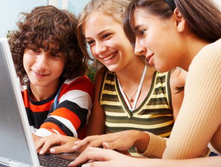 נער ושתי נערות מסתכלים על מסך מחשב (צילום: istockphoto)