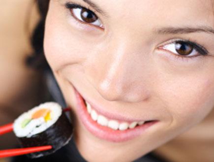 אישה אוכלת סושי (צילום: istockphoto ,istockphoto)