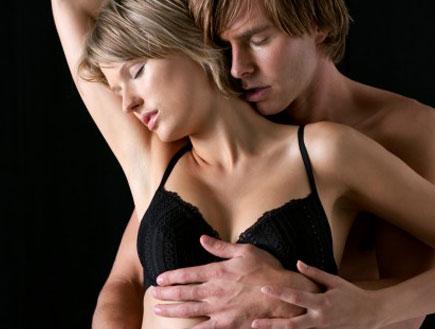 זוג בלונדינים עומד מחובק- זוג במשחק אינטימי במיטה (צילום: getty images)