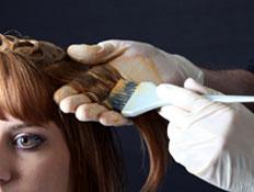 ספר מורח צבע על שיער חום של בחורה