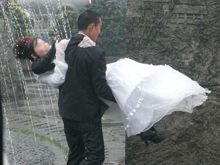 """החתן והכלה: """"צחקנו שעה מהפתק"""" (צילום: AP)"""