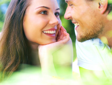 בחורה מסתכלת על בחור בהערצה - זוגיות (צילום: istockphoto ,istockphoto)