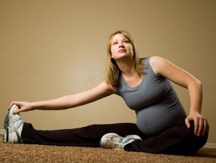 אישה בהריון מתעמלת