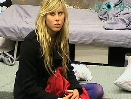 אלין לוי יושבת על המיטה
