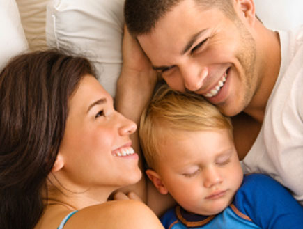 זוג ותינוק במיטה (צילום: istockphoto ,istockphoto)