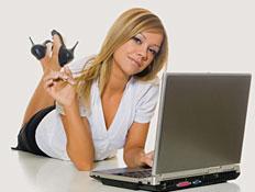 אישה משתמשת במחשב נייד