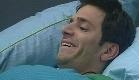 אלירז שדה צוחק במיטה