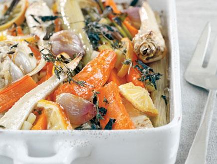 ירקות שורש צלויים בשמן זית (צילום: דניה ויינר ,בני ואבי מבשלים, הוצאת מודן)