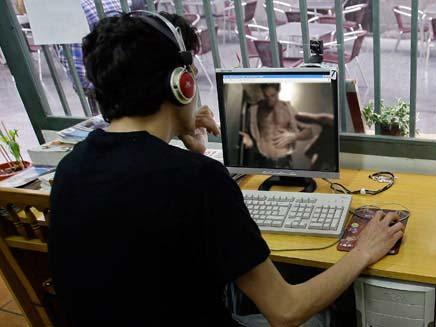 ילד גולש באתר פורנו (אילוסטרציה) (צילום: חדשות 2 ורויטרס)