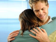 גבר מחייך מחבק אישה