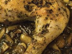 עוף בתנור מכוסה בהר של פטריות