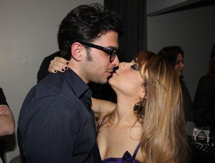 הופעה של שירי מימון ושמעון בוסקילה - נשיקה (צילום: עודד קרני ,mako)