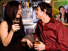 אישה מפלרטטת עם בחור צעיר