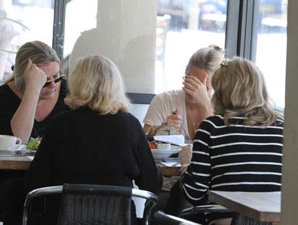 בר רפאלי ואימא ציפי לוין במסעדה, פפראצי1