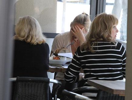 בר רפאלי ואימא ציפי לוין במסעדה, פפראצי2
