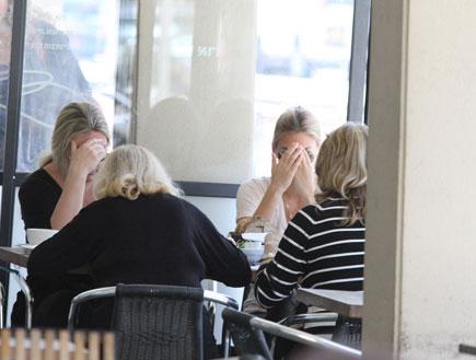 בר רפאלי ואימא ציפי לוין במסעדה, פפראצי3