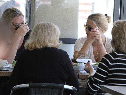 בר רפאלי ואימא ציפי לוין במסעדה, פפראצי4