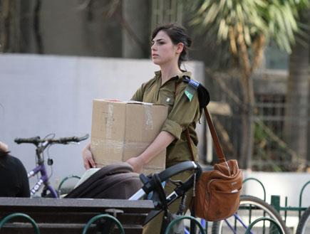 יסכה קורנפלד סוחבת ארגזים, פפראצי1 (צילום: אלעד דיין ,mako)