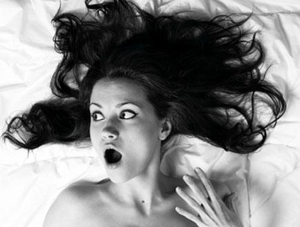 אשה מופתעת במיטה (צילום: istockphoto)