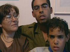 אלירז פרץ ומשפחתו בזמן השבעה של אחיו