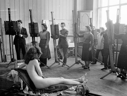 דוגמנית עירום בשיעור אמנות (צילום: Getty images ,Getty images)