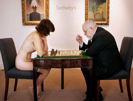 בחורה עירומה משחקת שחמט