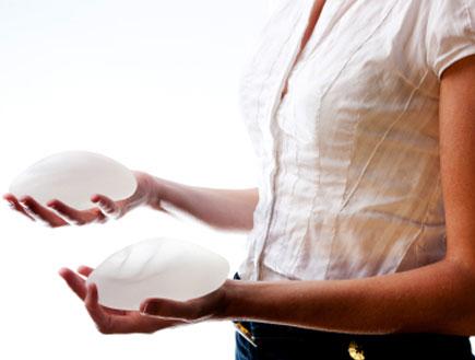 אישה מחזיקה שני שתלים בידיים