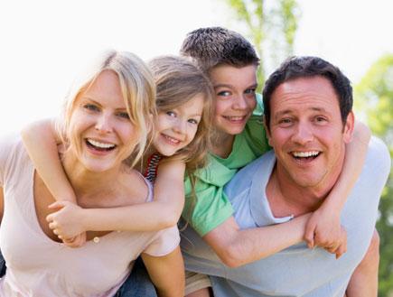 משפחה מאושרת (צילום: istockphoto)