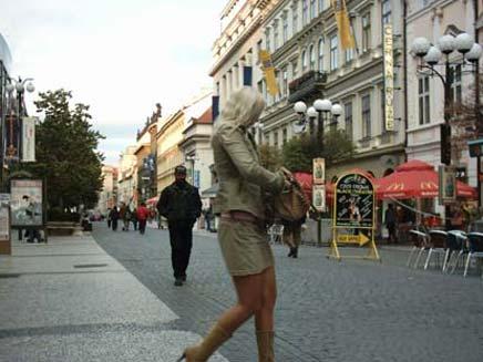 אישה בלונדינית ברחובות פראג (חדשות 2) (צילום: חדשות 2 - אילוסטרציה)