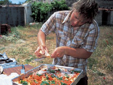 פסטה אפויה עם עגבניות ומוצרלה (צילום: דיוויד לופטוס וכריס טרי ,איטליה של ג'יימי, הוצאת כנרת)