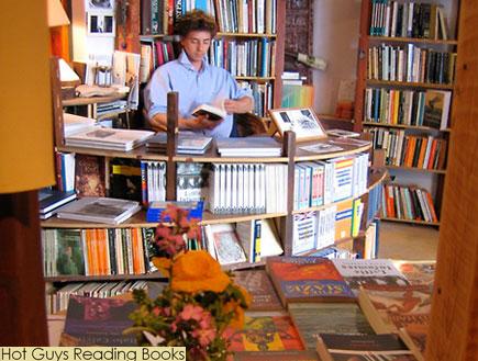 גבר קורא בחנות ספרים (צילום: צילום מסך)