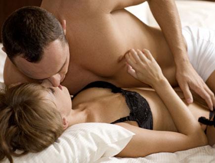 זוג במיטה (צילום: istockphoto)