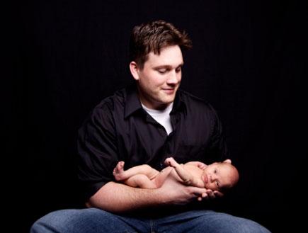 אבא מחזיק תינוק 2 (צילום: istockphoto)