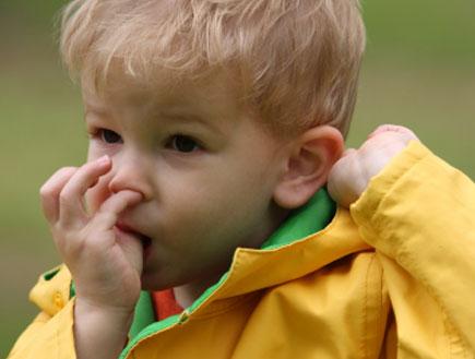 ילד מחטט באף - גועל של ילדים
