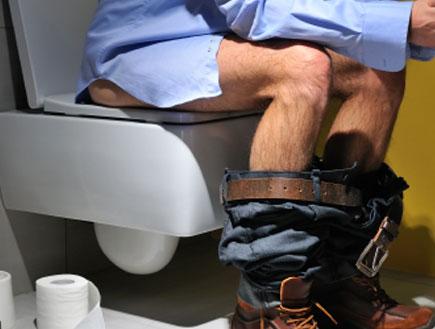 גבר בשירותים (צילום: istockphoto ,istockphoto)