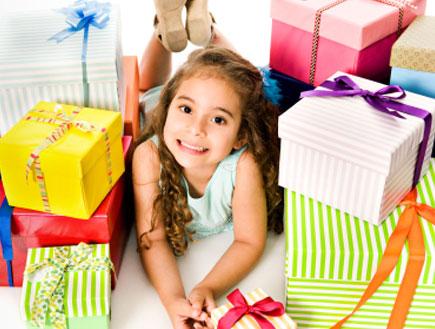 ילדה קטנה עם מתנות מסביב (צילום: istockphoto)