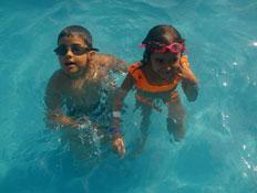 ילדים בבריכה פארק שפיים
